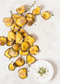 Vista dall'alto di patate arrosto con salsa
