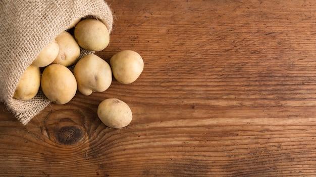 Vista dall'alto di patate in sacchetto di tela