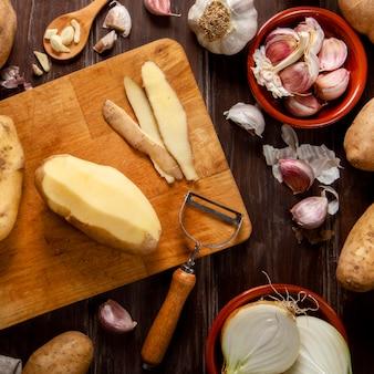 Vista dall'alto di patate sbucciate con aglio