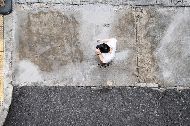 Vista dall'alto di persone che viaggiano a piedi in città
