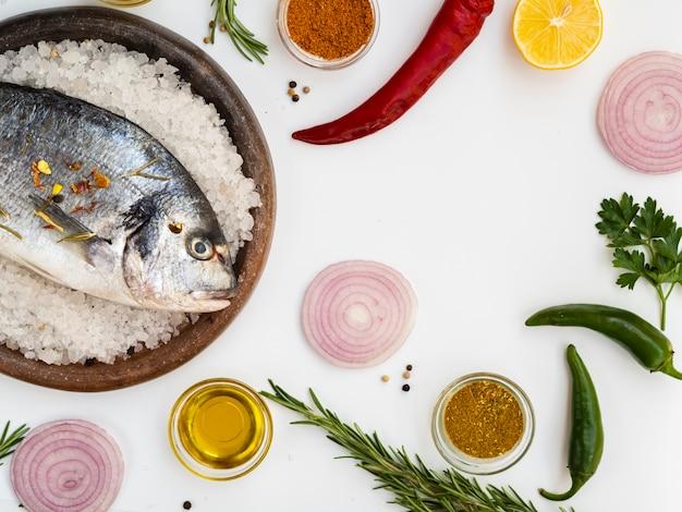 Vista dall'alto di pesce fresco pronto per essere cucinato