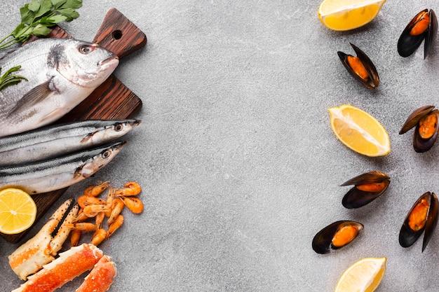 Vista dall'alto di pesce fresco sul tavolo