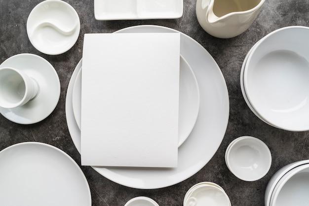 Vista dall'alto di piatti bianchi minimalisti con menu vuoto