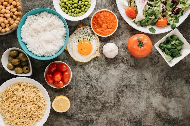 Vista dall'alto di piatti con riso e pomodori