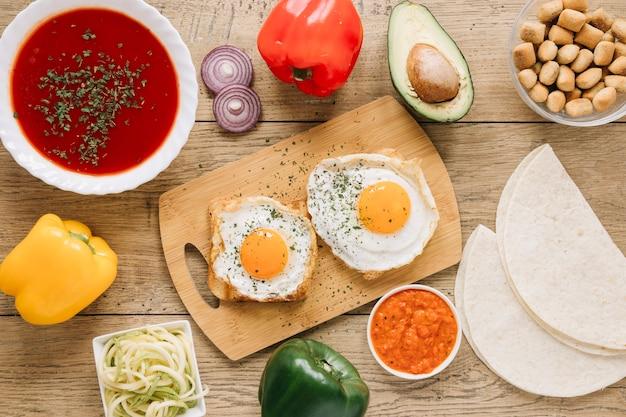 Vista dall'alto di piatti con uova fritte e hummus