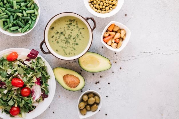 Vista dall'alto di piatti con zuppa e avocado