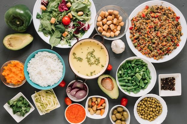 Vista dall'alto di piatti con zuppa e hummus