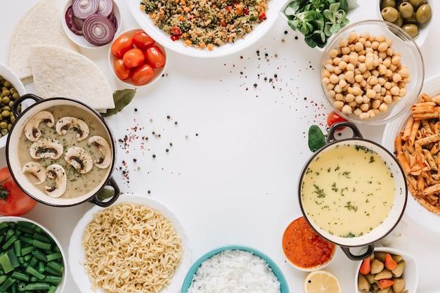Vista dall'alto di piatti con zuppe e copia spazio