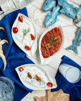 Vista dall'alto di piatti di contorno turchi e raki turco