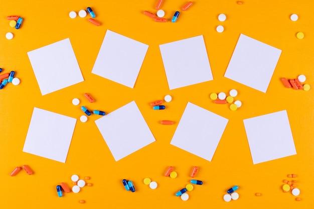 Vista dall'alto di pillole e documenti di nota