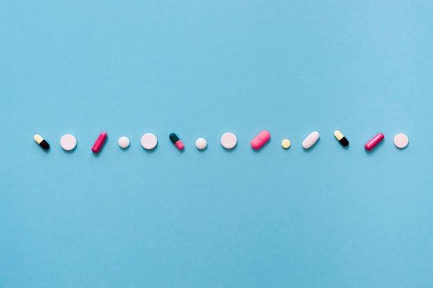Vista dall'alto di pillole in fila