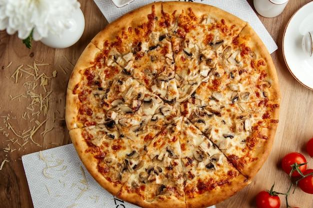 Vista dall'alto di pizza ai funghi