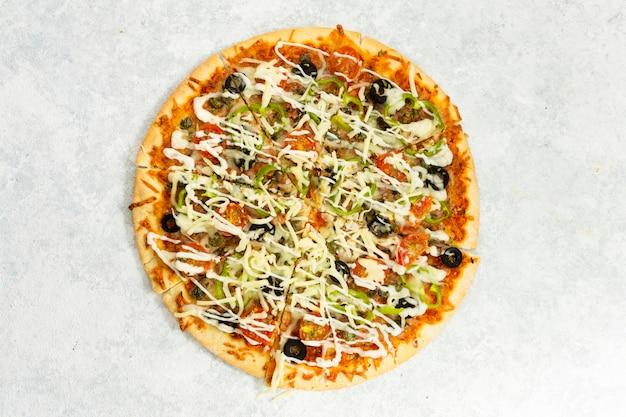 Vista dall'alto di pizza al forno