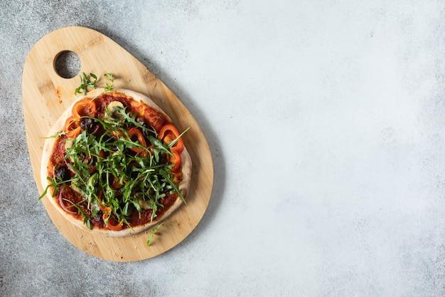 Vista dall'alto di pizza vegetariana con funghi