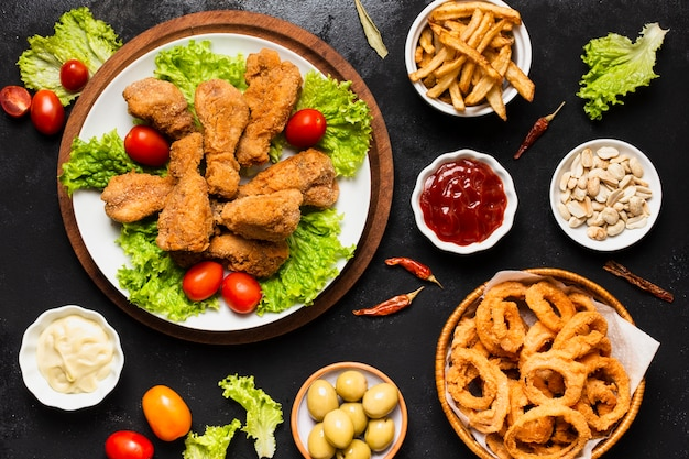 Vista dall'alto di pollo fritto e anelli di cipolla