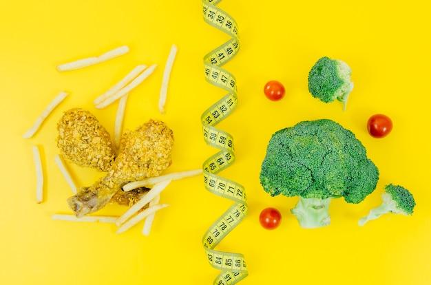 Vista dall'alto di pollo fritto vs broccoli