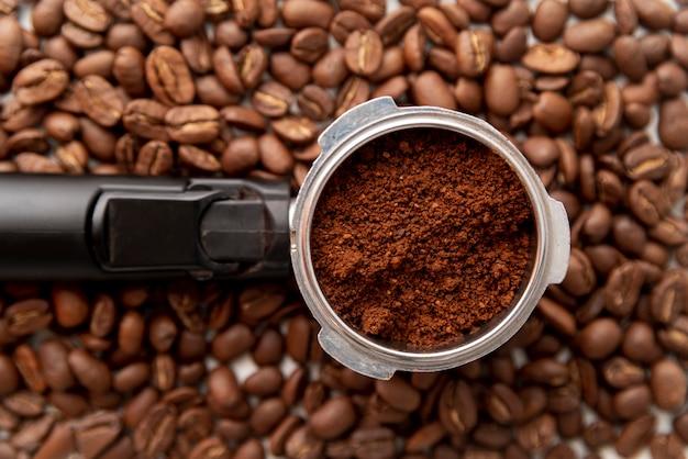 Vista dall'alto di polvere di caffè e fagioli