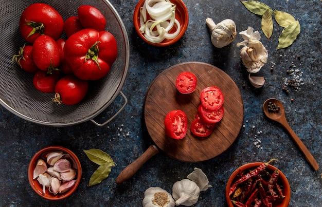 Vista dall'alto di pomodori con aglio e verdure
