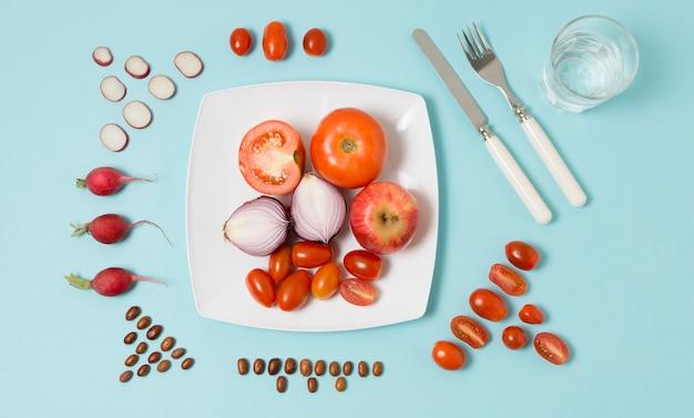 Vista dall'alto di pomodori e cipolle su un piatto