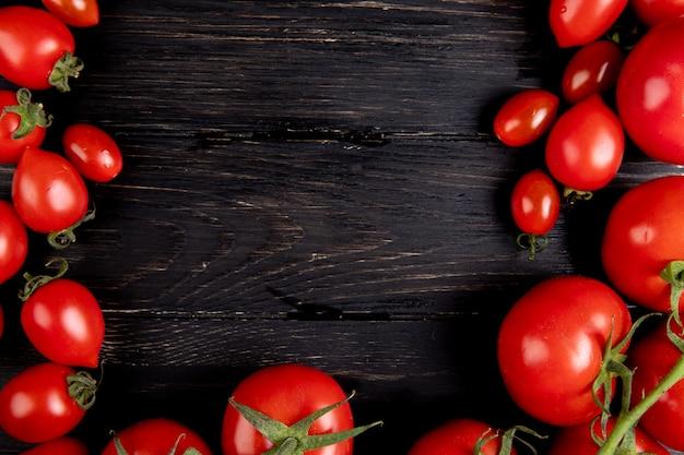 Vista dall'alto di pomodori su legno con copia spazio