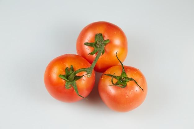 Vista dall'alto di pomodori su uno sfondo bianco