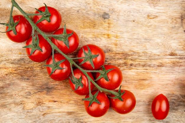 Vista dall'alto di pomodori sul tagliere come superficie