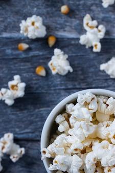 Vista dall'alto di popcorn in una ciotola bianca con un blu
