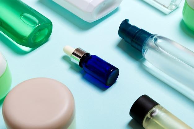 Vista dall'alto di prodotti cosmetici in diversi vasetti e bottiglie