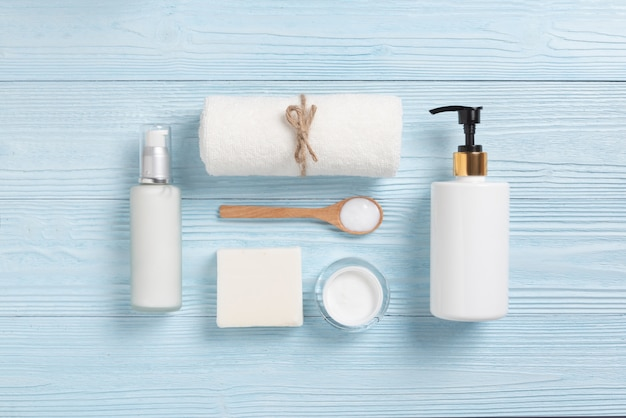Vista dall'alto di prodotti cosmetici spa su legno blu.