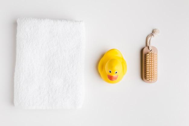 Vista dall'alto di prodotti da bagno