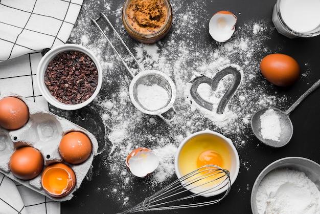 Vista dall'alto di prodotti da forno sul tavolo