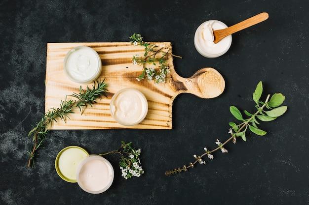 Vista dall'alto di prodotti di oliva e olio di cocco