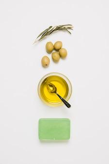 Vista dall'alto di prodotti di olive disposti