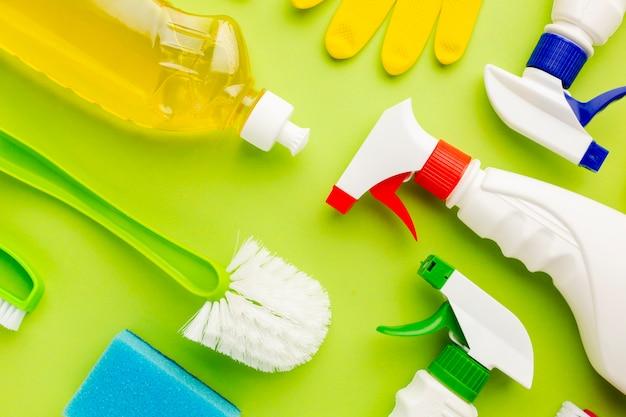 Vista dall'alto di prodotti per la pulizia colorati