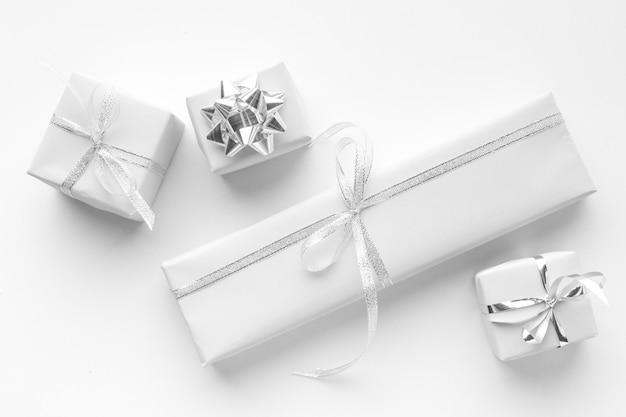 Vista dall'alto di regali bianchi