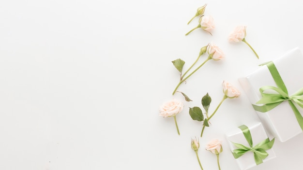 Vista dall'alto di regali con copia spazio e rose