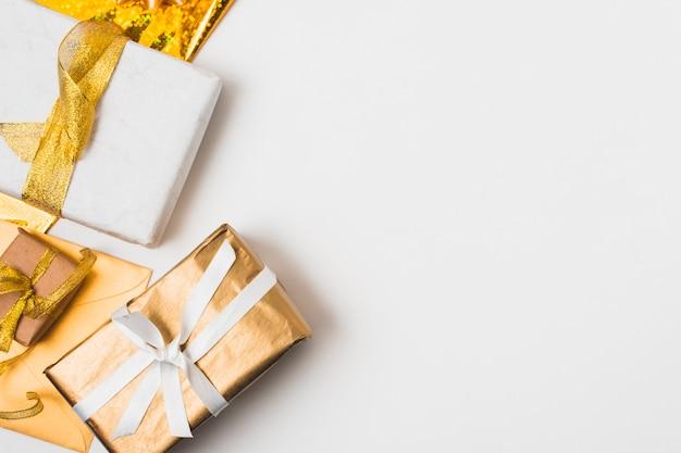 Vista dall'alto di regali con nastro dorato