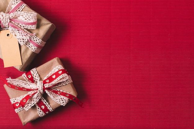 Vista dall'alto di regali con tag e copia spazio