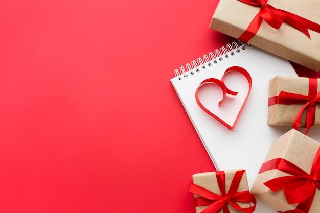 Vista dall'alto di regali e carta a forma di cuore con spazio di copia