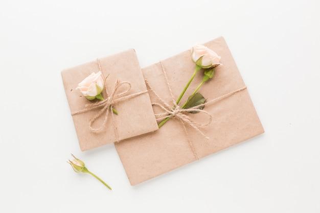 Vista dall'alto di regali incartati con rose e fiori