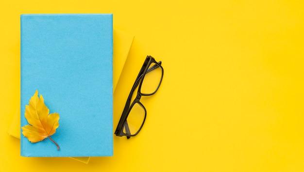 Vista dall'alto di ritorno a materiale scolastico con libri e occhiali