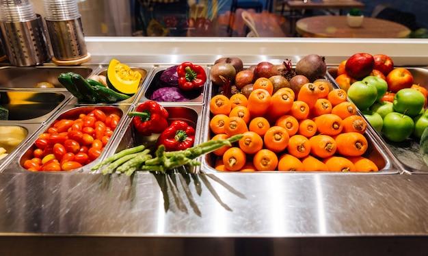 Vista dall'alto di salad bar con assortimento di ingredienti per un pasto sano e dietetico.