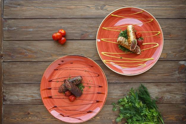 Vista dall'alto di salsicce di carne avvolta in piatti rossi