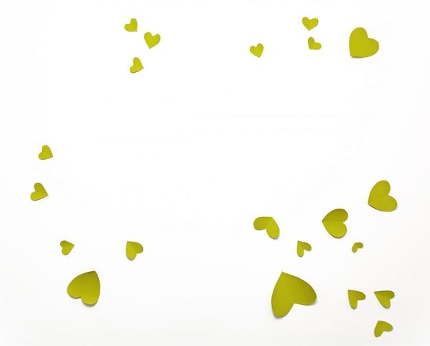 Vista dall'alto di san valentino decorazioni piatte laici. cuori gialli verdi. felice san valentino banner