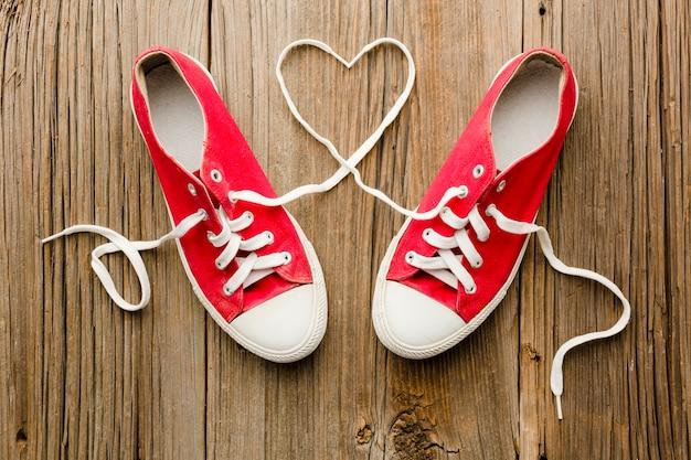Vista dall'alto di scarpe per san valentino a forma di cuore