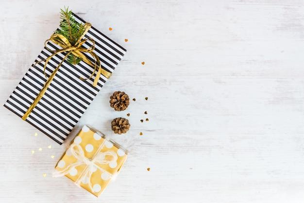 Vista dall'alto di scatole regalo avvolto in carta a strisce bianche e nere punteggiate