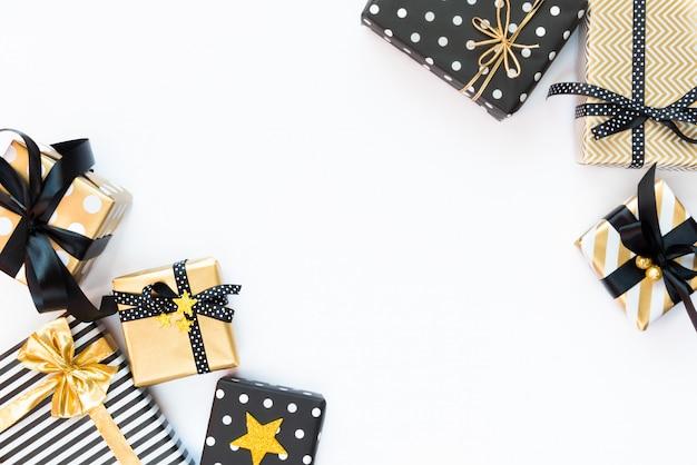 Vista dall'alto di scatole regalo in vari colori nero, bianco e dorato