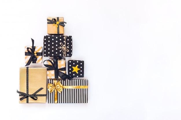 Vista dall'alto di scatole regalo in vari eventi nero, bianco e goldenbration.