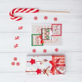Vista dall'alto di scatole regalo rosso e lecca-lecca
