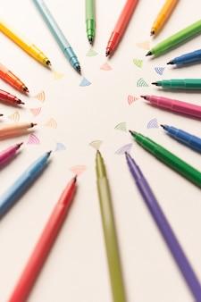 Vista dall'alto di scioperi dipinti con pennarelli colorati su carta bianca. marekrs inviando wi-fi